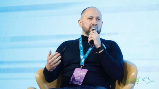 Программу форума открыл Алексей Локонцев — владелец и основатель крупнейшей в России сети барбершопов «TOPGUN»